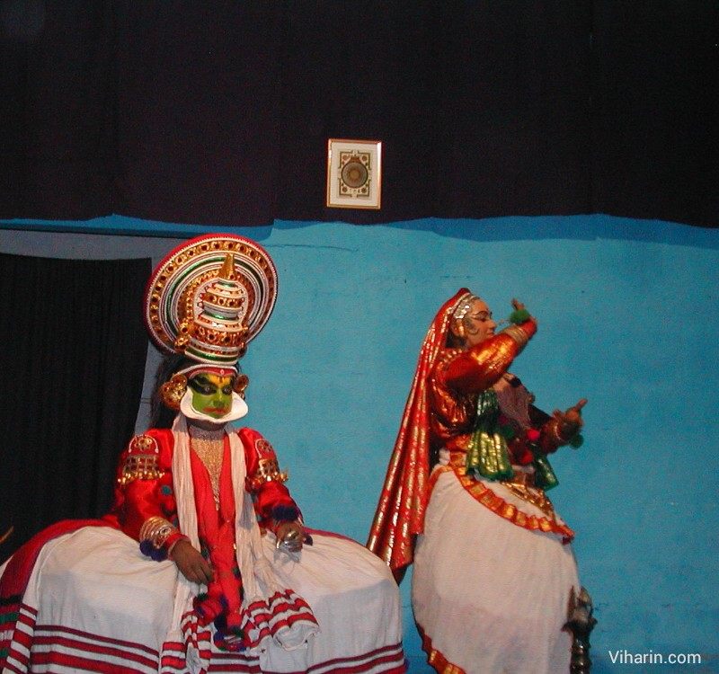 Viharin.com-Kathakali dancers depicting a scene through their dance poses and expressions