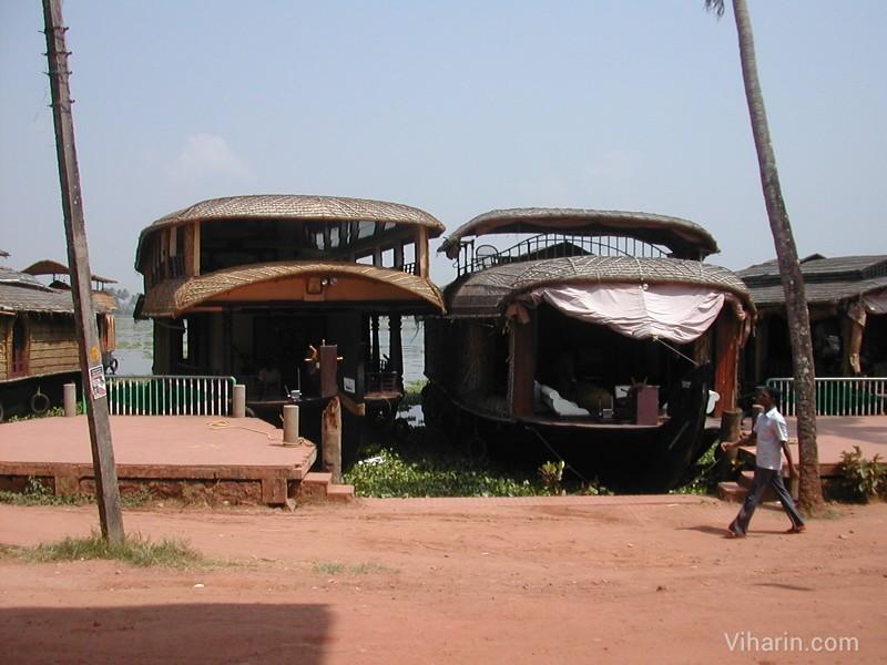 Viharin.com-swarm of houseboats at Allepey