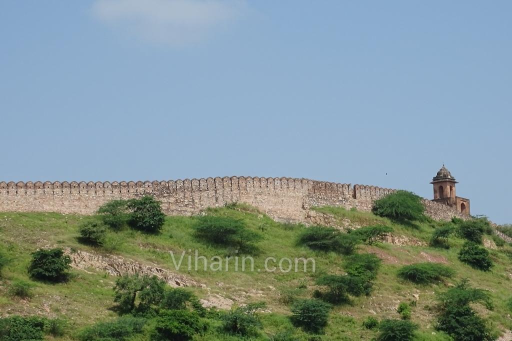 viharin-com-wall-fenced-to-keep-a-eye-on-amer-fort